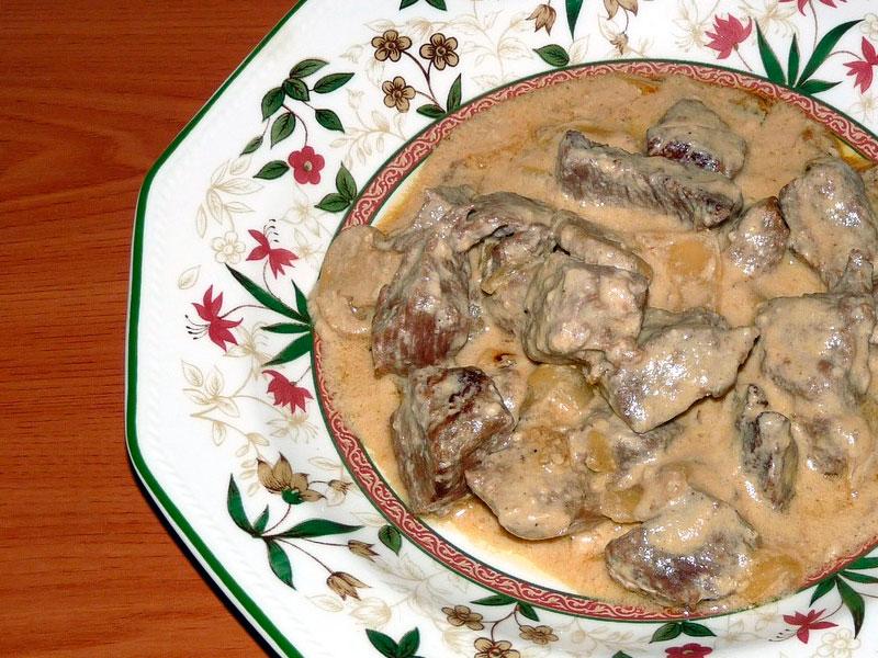 Carrillada de cerdo en salsa de nata y champiñones